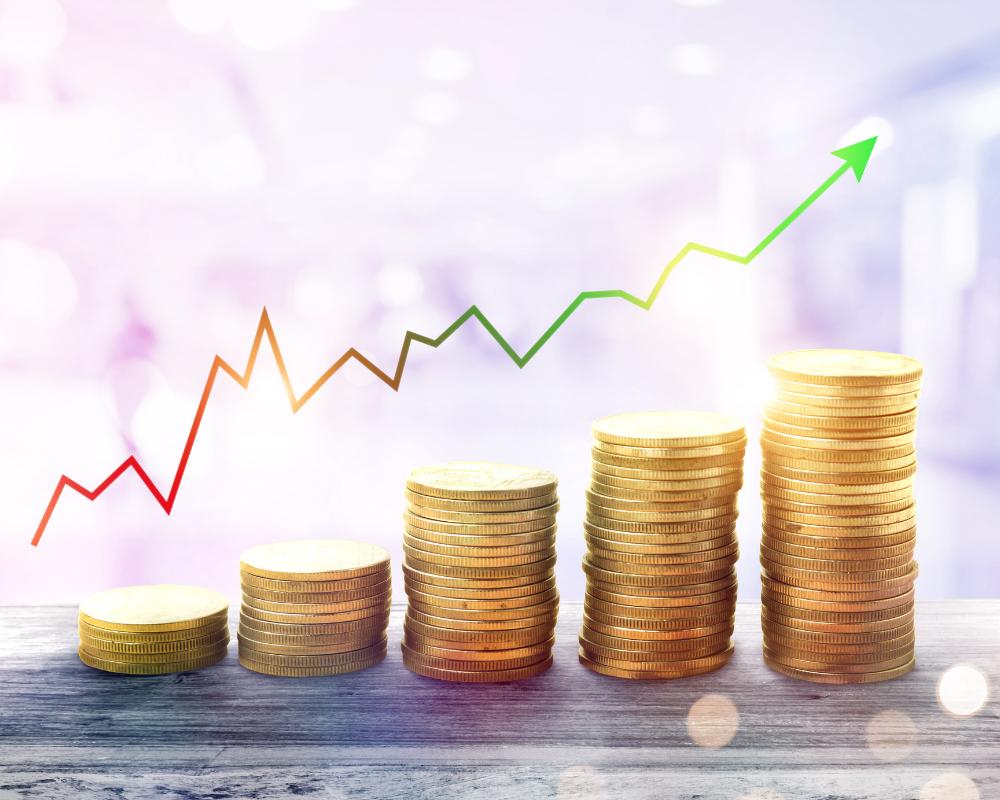 Högar med mynt och en graf som illustrerar en aktiekurs som går upp.