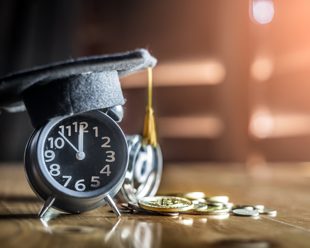 Klocka och pengar som illustrerar långsiktigt sparande i fonder.