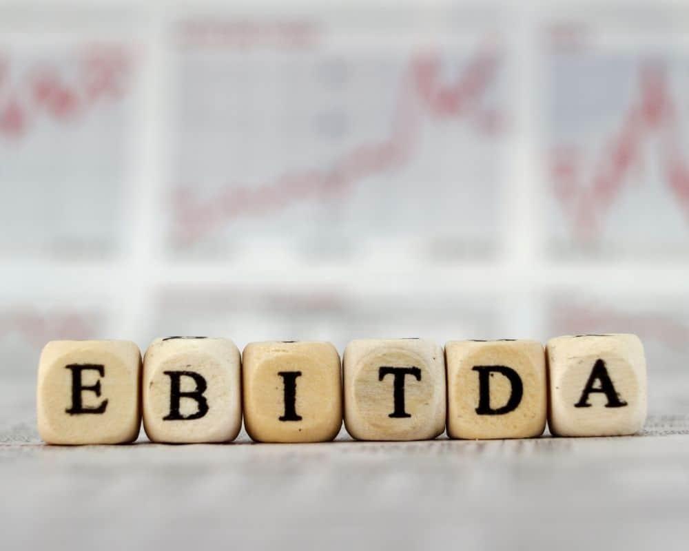 Kuber med bokstäver bildar ordet EBITDA