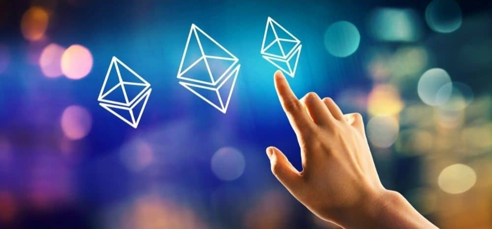 Hand framför digitala symboler för Ethereum